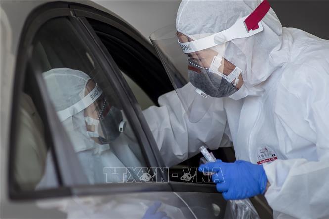 Nhân viên y tế lấy mẫu xét nghiệm COVID-19 tại Krakow, Ba Lan ngày 21-4-2020. Ảnh: PAP/TTXVN