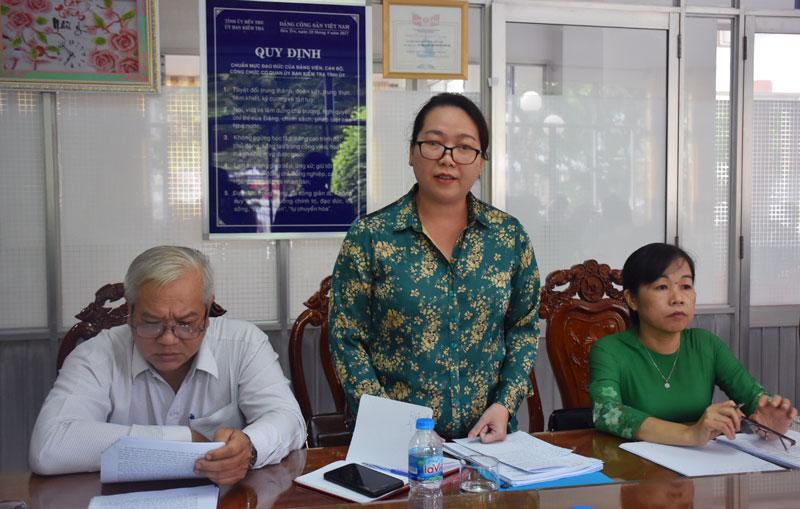 Bí thư Huyện ủy huyện Mỏ Cày Nam phát biểu tại tổ. Ảnh: Cẩm Trúc