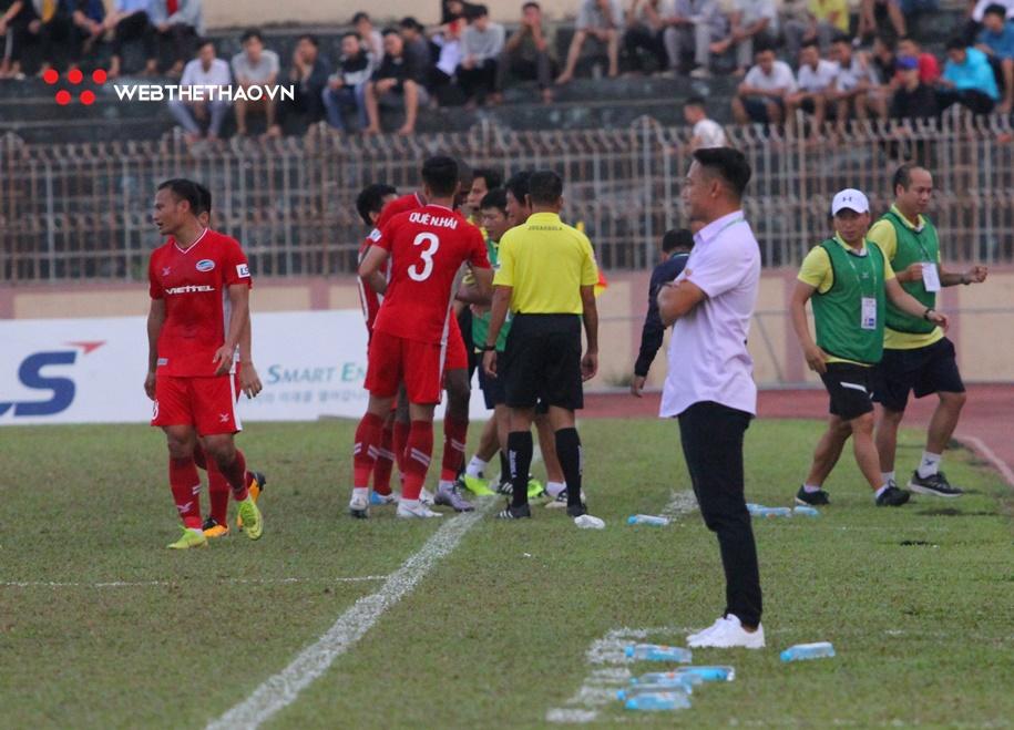 HLV Vũ Hồng Việt xin từ chức sau trận thua tan nát trước Viettel FC.