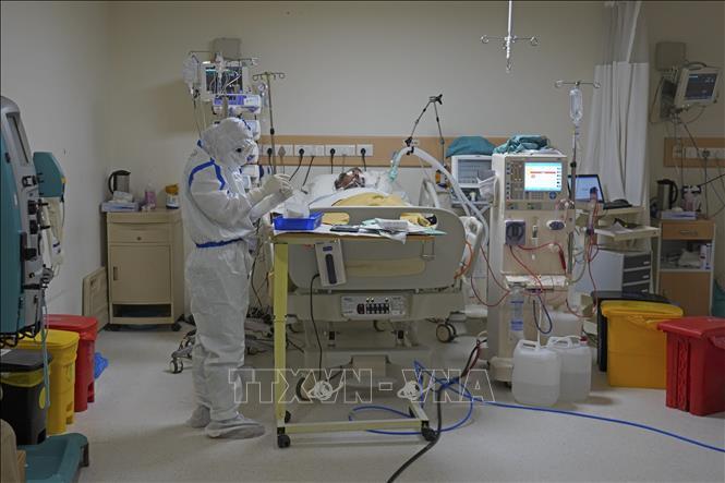 Nhân viên y tế điều trị cho bệnh nhân mắc COVID-19 tại bệnh viện ở New Delhi, Ấn Độ, ngày 9-6-2020. Ảnh: AFP/TTXVN