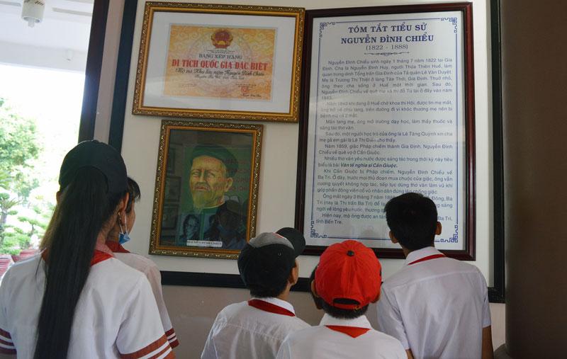 Các em học sinh đến tham quan tại Di tích Quốc gia đặc biệt Mộ và Khu lưu niệm Nguyễn Đình Chiểu.