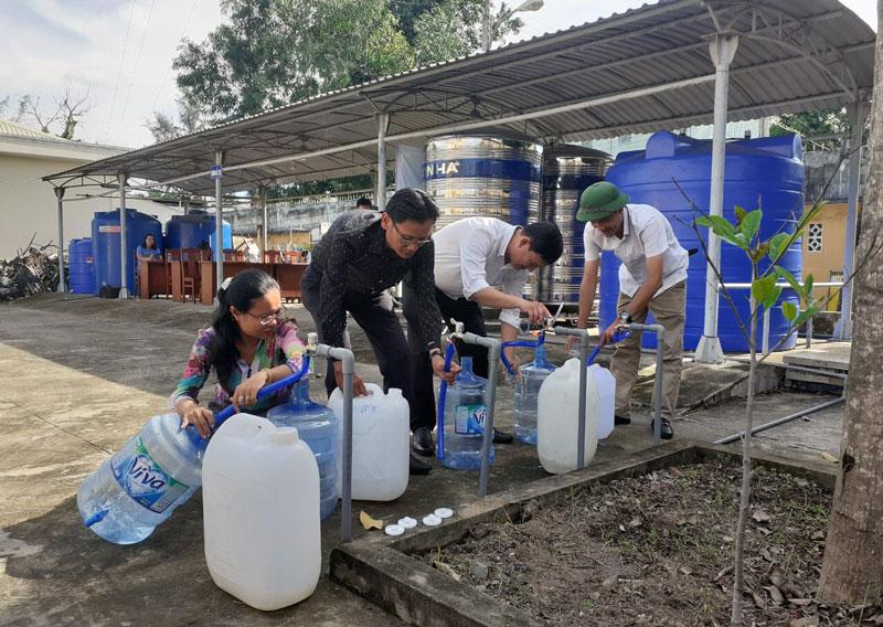 Bàn giao hệ thống xử lý nước ngọt cho xã Hữu Định, huyện Châu Thành. Ảnh: Thành Lập