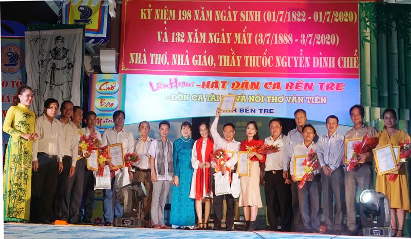 Ban Tổ chức trao tặng hoa và quà lưu niệm cho các đơn vị.