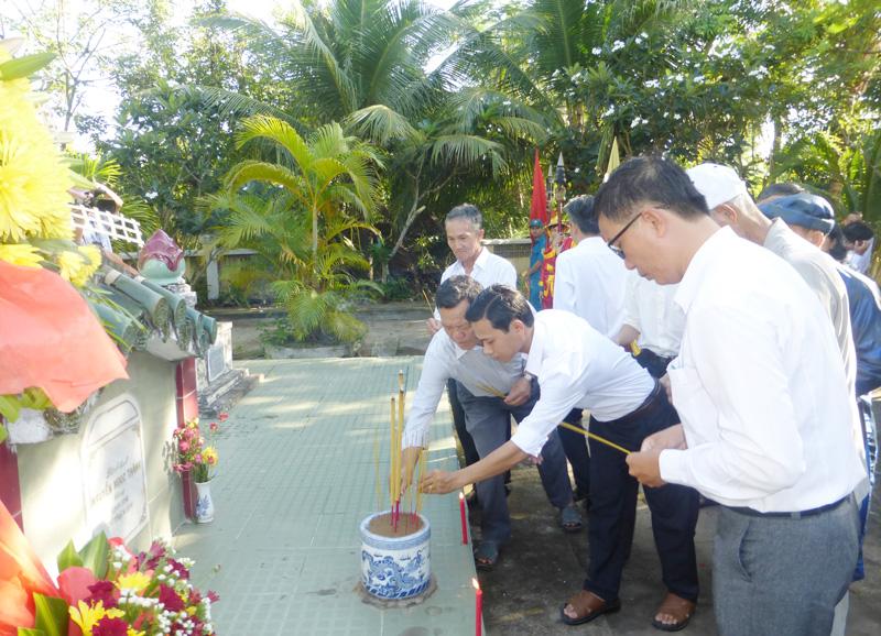 Đại biểu viếng và thắp hương khu mộ Lãnh binh Nguyễn Ngọc Thăng.