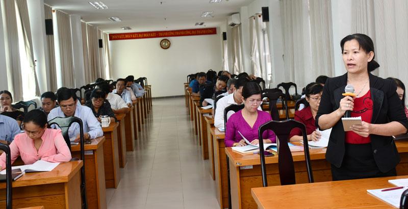 Các đại biểu góp ý tại hội nghị.