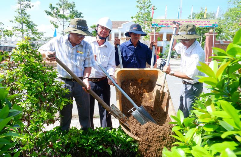 Lãnh đạo huyện tham gia thực hiện dự án cải tạo, chăm sóc, trồng mới hệ thống cây xanh đô thị năm 2020.
