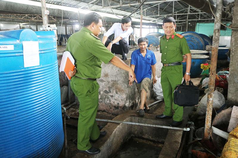 Đoàn kiểm tra thực tế hệ thống xử lý nước thải tại kho II của Công ty TNHH Đại Vượng Phú.