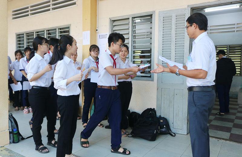 Thí sinh tại hội đồng thi Trường THPT Nguyễn Đình Chiểu làm thủ tục vào phòng thi.
