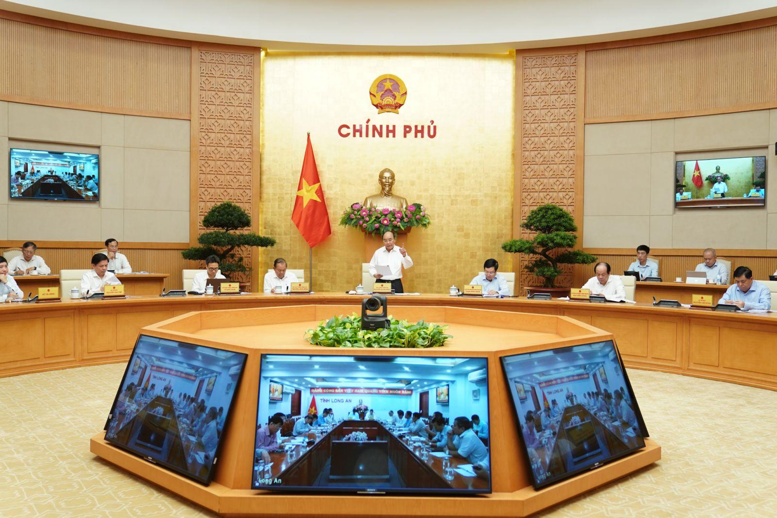 Thủ tướng Nguyễn Xuân Phúc chủ trì phiên họp trực tuyến Thường trực Chính phủ với các địa phương về giải ngân vốn đầu tư công sáng 16-7-2020. Ảnh VGP/Quang Hiếu