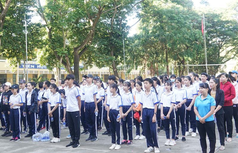 Các em học sinh và cán bộ giáo viên Trường THCS Nguyễn Văn Tư  tham gia Ngày Chạy Olympic vì sức khỏe toàn dân.