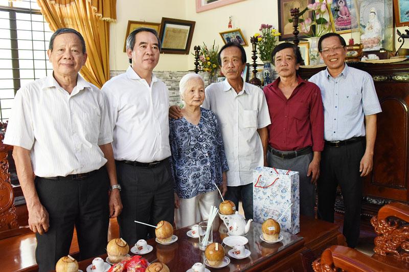 Trưởng ban Kinh tế Trung ương Nguyễn Văn Bình (thứ hai, từ trái sang), Bí thư Tỉnh ủy Phan Văn Mãi thăm mẹ Việt Nam anh hùng Lê Thị Khanh. Ảnh: T. Đồng