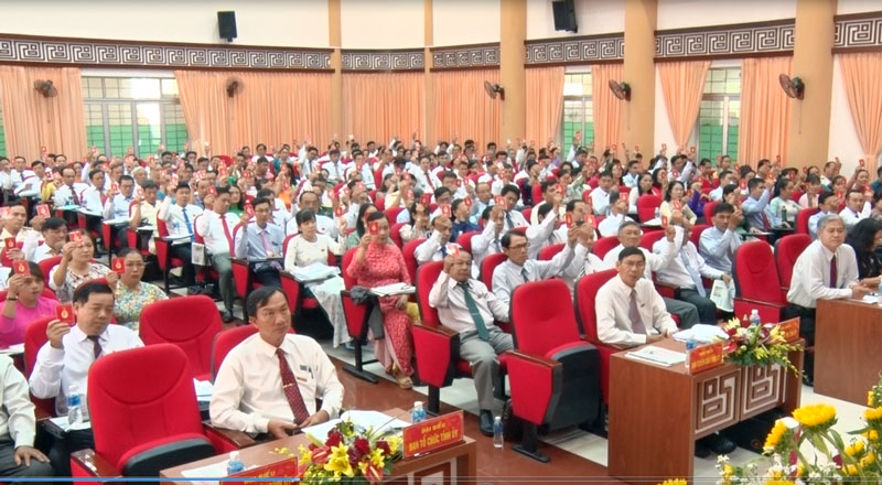 Các đại biểu biểu quyết nội dung Đại hội.