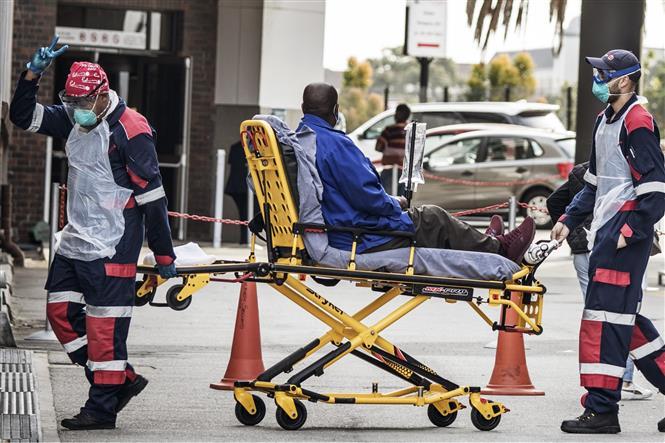 Chuyển bệnh nhân mắc COVID-19 vào một bệnh viện ở Port Elizabeth, Nam Phi ngày 10-7-2020. Ảnh: AFP/TTXVN
