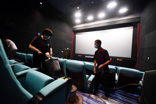 Nhân viên dọn dẹp một rạp chiếu phim ở Bắc Kinh, Trung Quốc, ngày 20-7-2020. Ảnh: AFP/ TTXVN