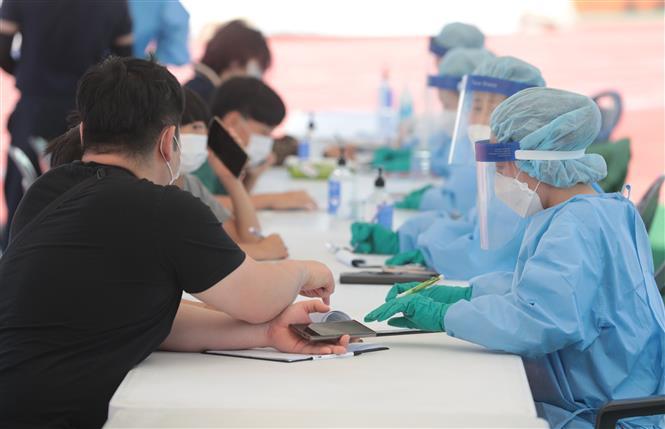 Lấy mẫu xét nghiệm COVID-19 cho người dân tại thị trấn Hallim, đảo Jeju, Hàn Quốc ngày 17-7-2020. Ảnh: YONHAP/TTXVN
