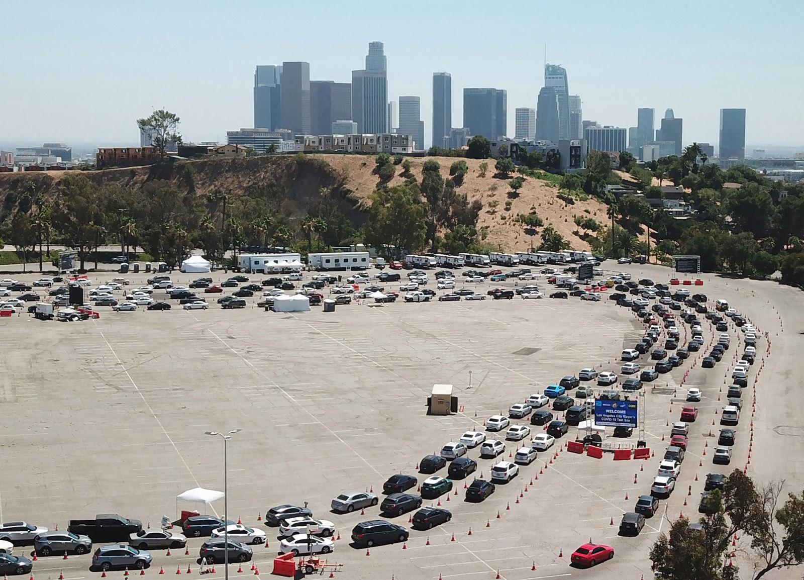 Dòng xe của người dân tới xét nghiệm COVID-19 tại sân vận động Dodgers ở Los Angeles ngày 15-7-2020. Ảnh: AFP/Getty Images