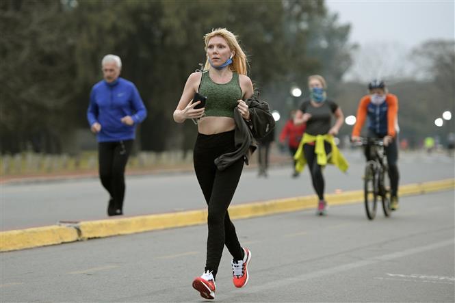 Người dân chạy bộ thể dục trên phố ở Buenos Aires, Argentina ngày 20-7-2020. Ảnh: AFP/TTXVN