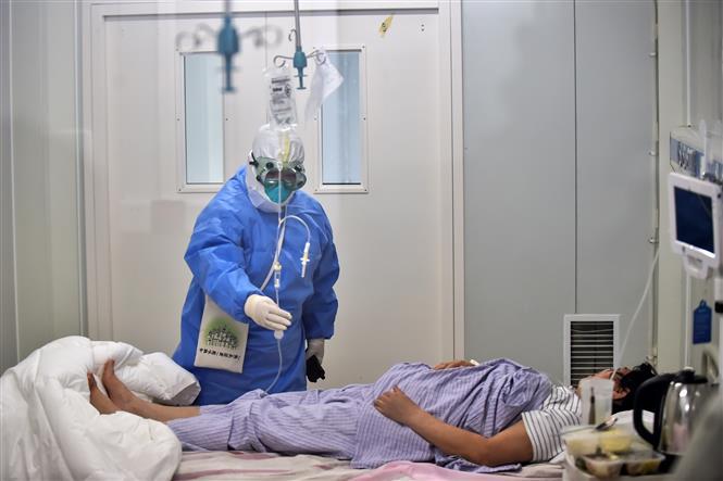 Điều trị cho bệnh nhân nhiễm COVID-19 tại bệnh viện ở Bắc Kinh, Trung Quốc ngày 16-6-2020. Ảnh: THX/TTXVN