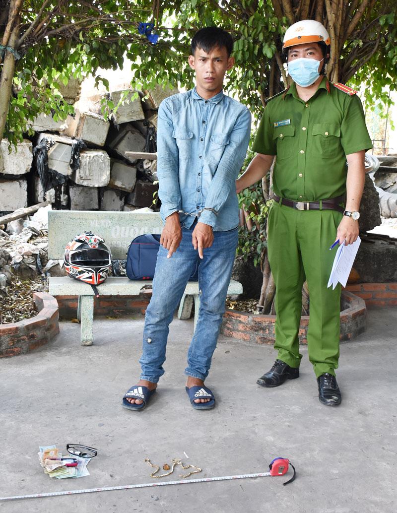 Cơ quan công an bắt giữ Đoàn Thanh Tín cùng tang vật. Ảnh: P. Minh