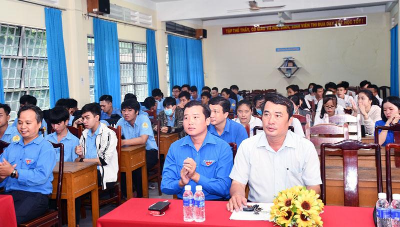 Đại biểu và đoàn viên thanh niên dự khai mạc cuộc thi.