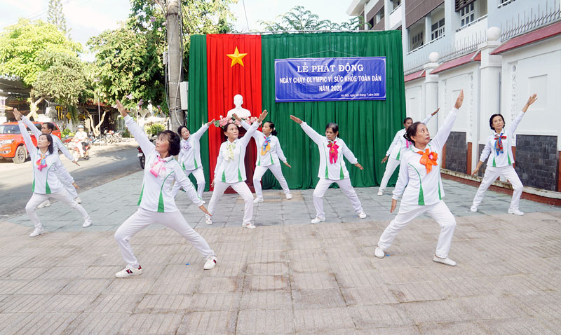 Biểu diễn thể dục dưỡng sinh tại lễ phát động của phường An Hội TP. Bến Tre.