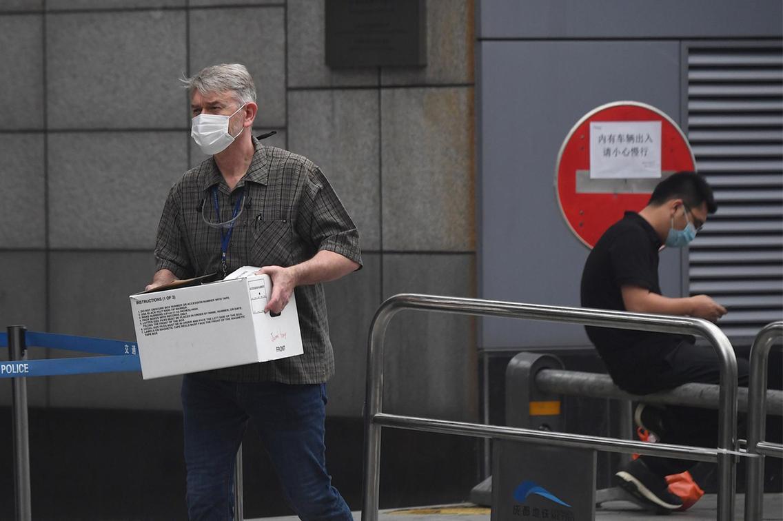 Nhân viên thuộc Lãnh sự quán Mỹ ở Thành Đô thu dọn đồ đạc. Ảnh: AFP