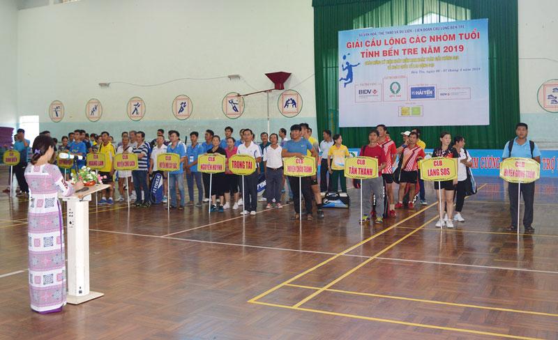 Một giải Cầu lông trong tỉnh thu hút đông đảo vận động viên tham gia.