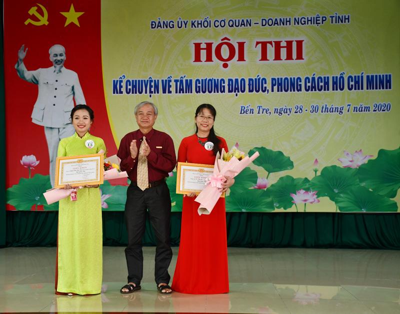 Phó Trưởng Ban tuyên giáo Tỉnh ủy trao giải nhì cho hai thí sinh