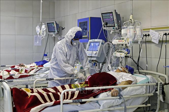 Bệnh nhân nhiễm COVID-19 điều trị tại bệnh viện ở Tehran, Iran. Ảnh: AFP/TTXVN