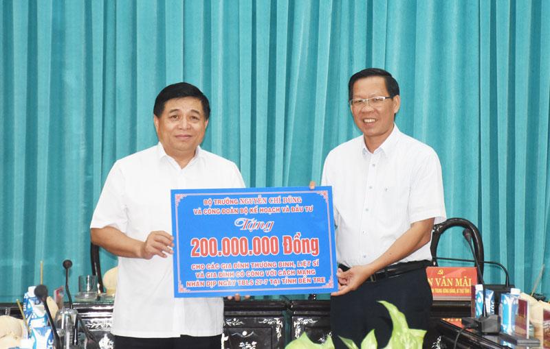 Bộ trưởng và Công đoàn Bộ Kế hoạch và Đầu tư đã trao tặng 200 triệu đồng cho các gia đình thương binh, liệt sĩ, và gia đình có công với cách mạng nhân dịp Ngày Thương binh, Liệt sĩ 27-7, tại tỉnh Bến Tre.
