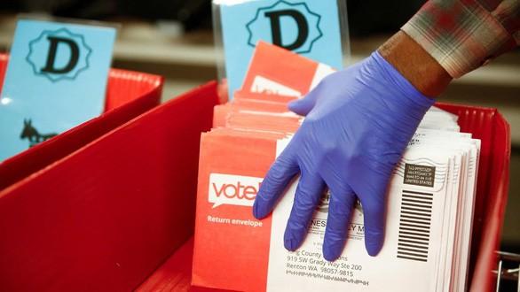 Các phong thư chứa phiếu bầu của cử tri bang Washington trong cuộc bầu cử sơ bộ tháng 3-2020. Ảnh: Reuters.