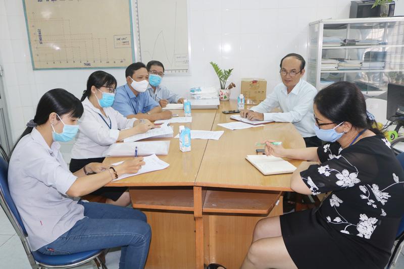 Giám đốc Trung tâm Kiểm soát bệnh tật tỉnh Nguyễn Văn Oanh (thứ 2 bìa phải) giám sát công tác phòng chống dịch Covid-19 tại TP.Bến Tre