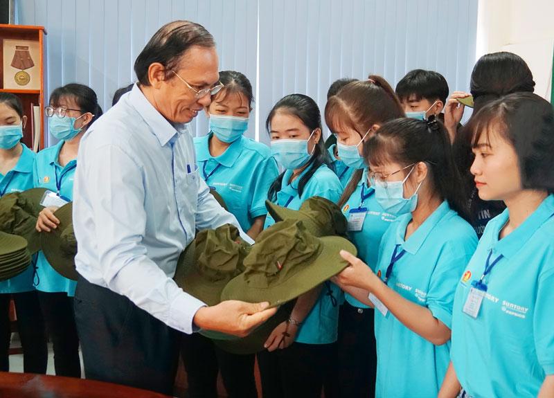 Phó hiệu trưởng nhà trường Trương Văn Quốc trao nón tình nguyện cho các chiến sĩ.