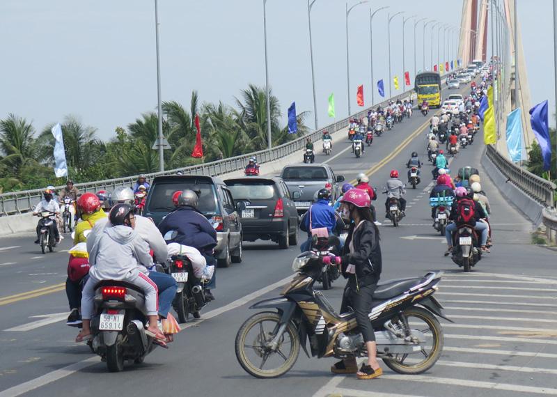 Lưu lượng phương tiện qua lại cầu Rạch Miễu ngày càng tăng.