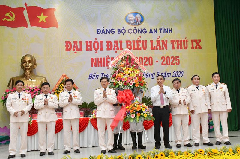 Chủ tịch UBND tỉnh Cao Văn Trọng trao hoa chức mừng Đại hội.