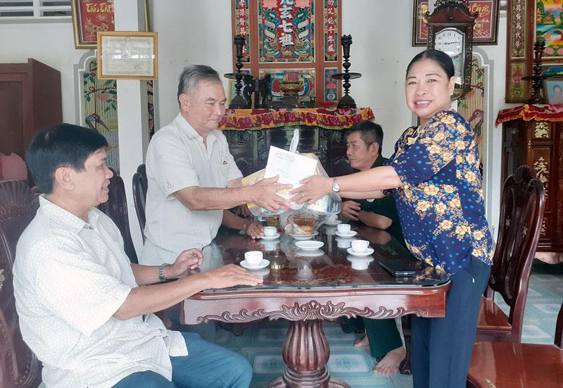 Bà Võ Thị Thủy thăm tặng quà thương bệnh binh là nạn nhân chất độc da cam/dioxin.