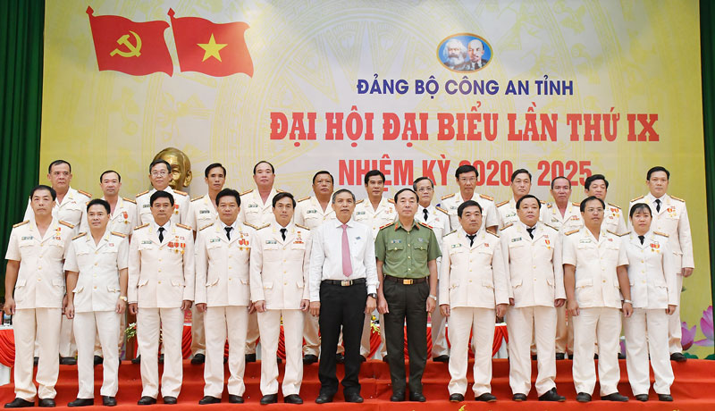 Thứ trưởng Bộ Công an Trần Quốc Tỏ và Chủ tịch UBND tỉnh Cao Văn Trọng chụp ảnh với Ban Chấp hành Đảng bộ Công an tỉnh, nhiệm kỳ 2020 - 2025.