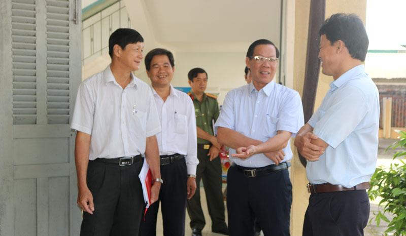 Bí thư Tỉnh ủy Phan Văn Mãi kiểm tra điểm thi đặt tại Trường THPT Nguyễn Đình Chiểu.