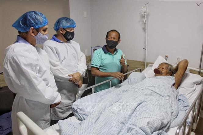 Điều trị cho bệnh nhân nhiễm COVID-19 tại Sinop, Brazil. Ảnh: AFP/TTXVN