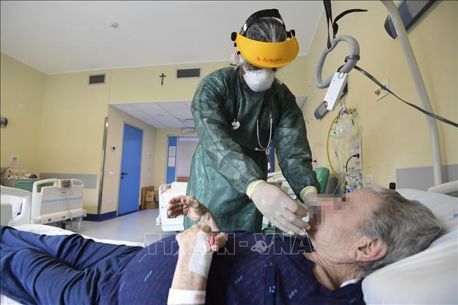 Bệnh nhân COVID-19 được điều trị tại bệnh viện ở Milan, Italy ngày 15-5-2020. Ảnh: AFP/TTXVN