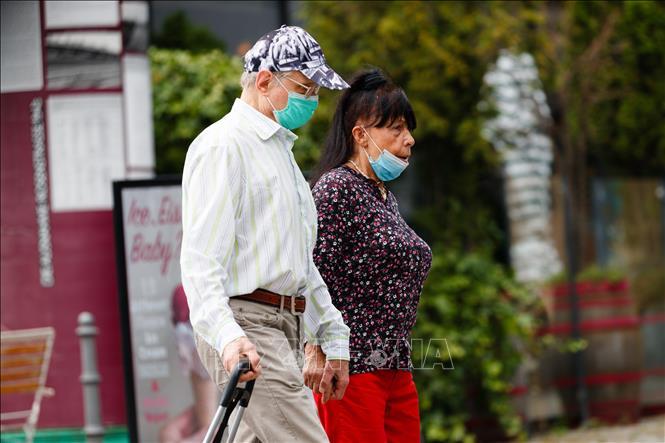 Người dân đeo khẩu trang phòng lây nhiễm COVID-19 tại Berlin, Đức ngày 16-7-2020. Ảnh: THX/TTXVN