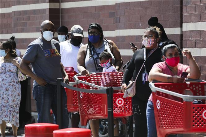 Người dân đeo khẩu trang phòng dịch COVID-19 bên ngoài một siêu thị tại New York, Mỹ ngày 16-7-2020. Ảnh: THX/TTXVN