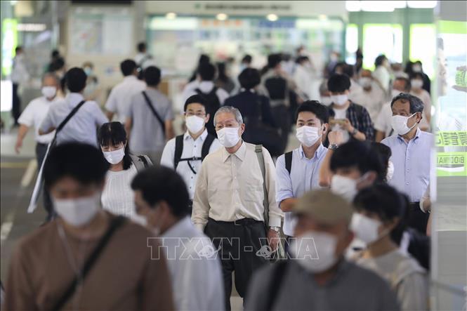 Người dân đeo khẩu trang phòng dịch COVID-19 tại nhà ga Shinjuku ở Tokyo, Nhật Bản ngày 9-7-2020. Ảnh: THX/TTXVN