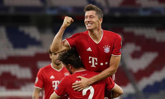 Lewandowski ghi dấu giầy lên cả 4 bàn thắng của Bayern