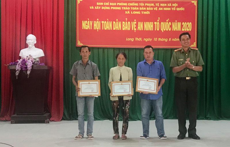 Trao giấy khen của Giám đốc Công an tỉnh cho các cá nhân đạt thành tích xuất sắc trong phong trào toàn dân bảo vệ ANTQ. Ảnh: Quang Duy