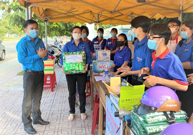 Bí thư Tỉnh Đoàn Hà Quốc Cường thăm và tặng quà cho các chiến sĩ tình nguyện tại điểm thi THPT Võ Trường Toản, TP. Bến Tre. Ảnh: Huy KT