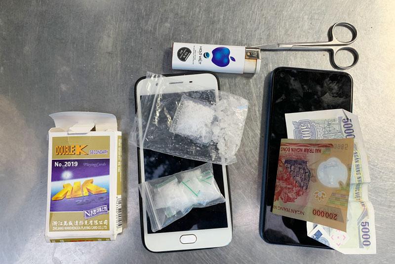 Tang vật thu được của đối tượng tàng trữ trái phép chất ma túy ở xã Thanh Tân, huyện Mỏ Cày Bắc.
