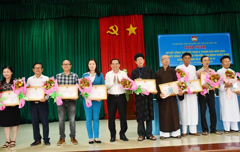 Phó bí thư Thường trực Tỉnh ủy Trần Ngọc Tam trao bằng khen cho các cá nhân tiêu biểu trong phòng chống hạn mặn. Ảnh: Thu Huyền