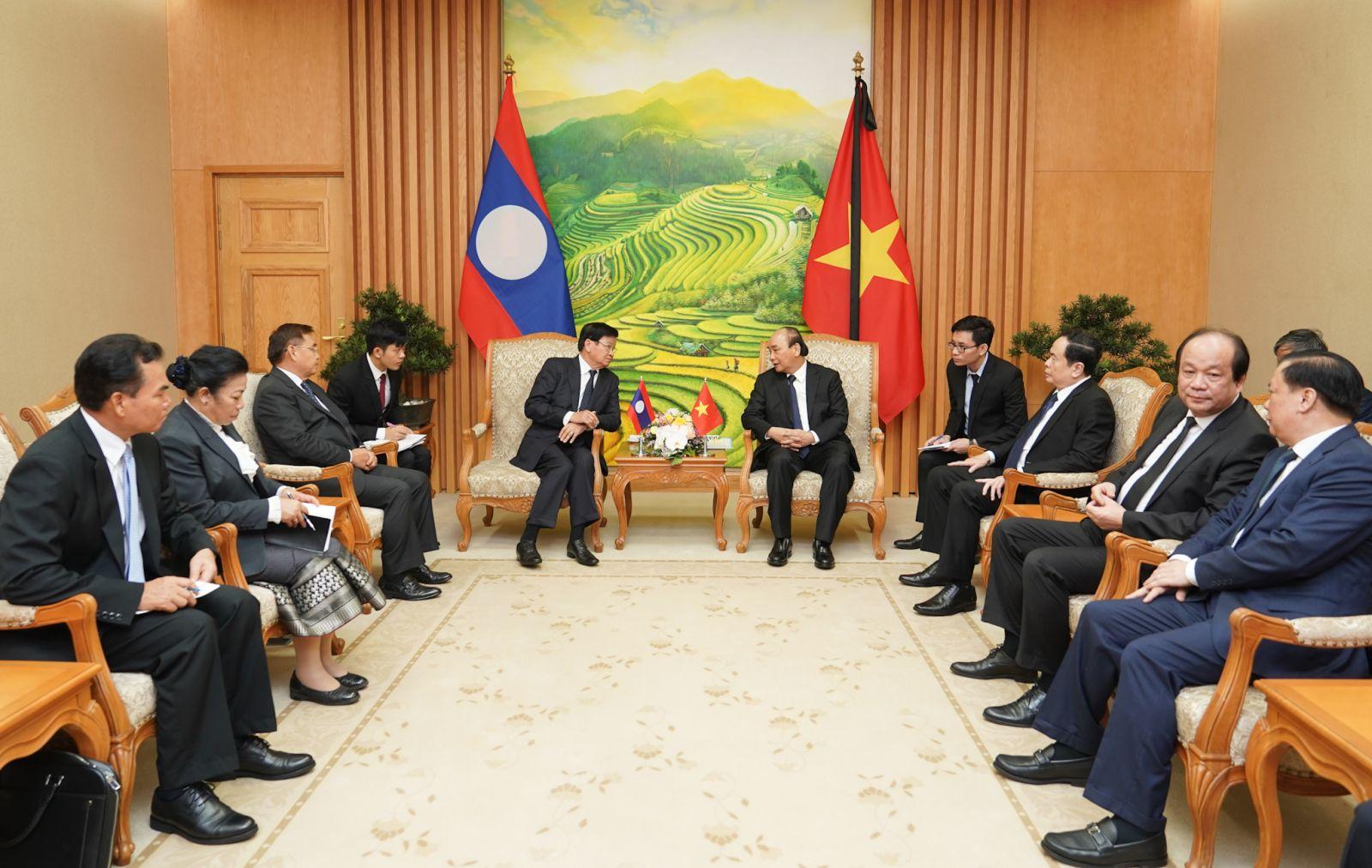 Thủ tướng Nguyễn Xuân Phúc tiếp Thủ tướng Lào Thongloun Sisoulith. Ảnh: VGP/Quang Hiếu