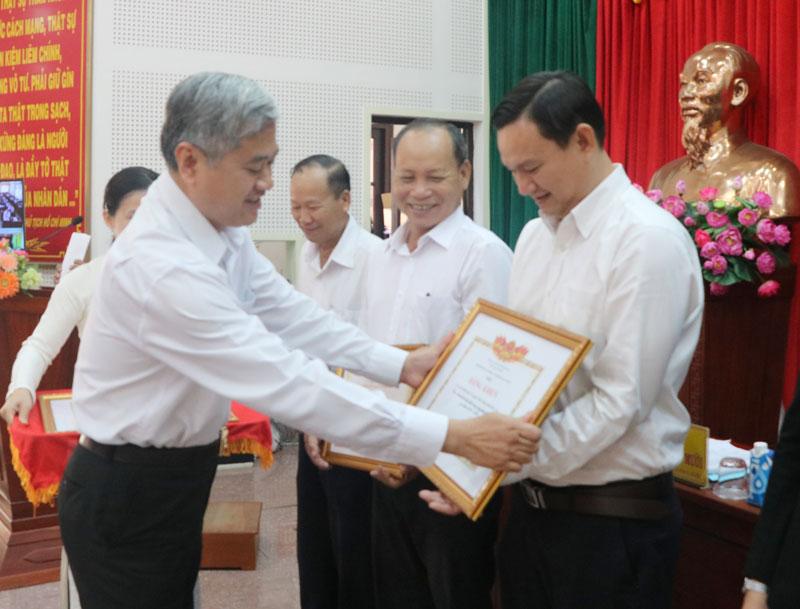 Phó Chủ tịch UBND tỉnh trao bằng khen của Bộ lao động - Thương binh và Xã hội, UBND tỉnh cho các cá nhân, tập thể.